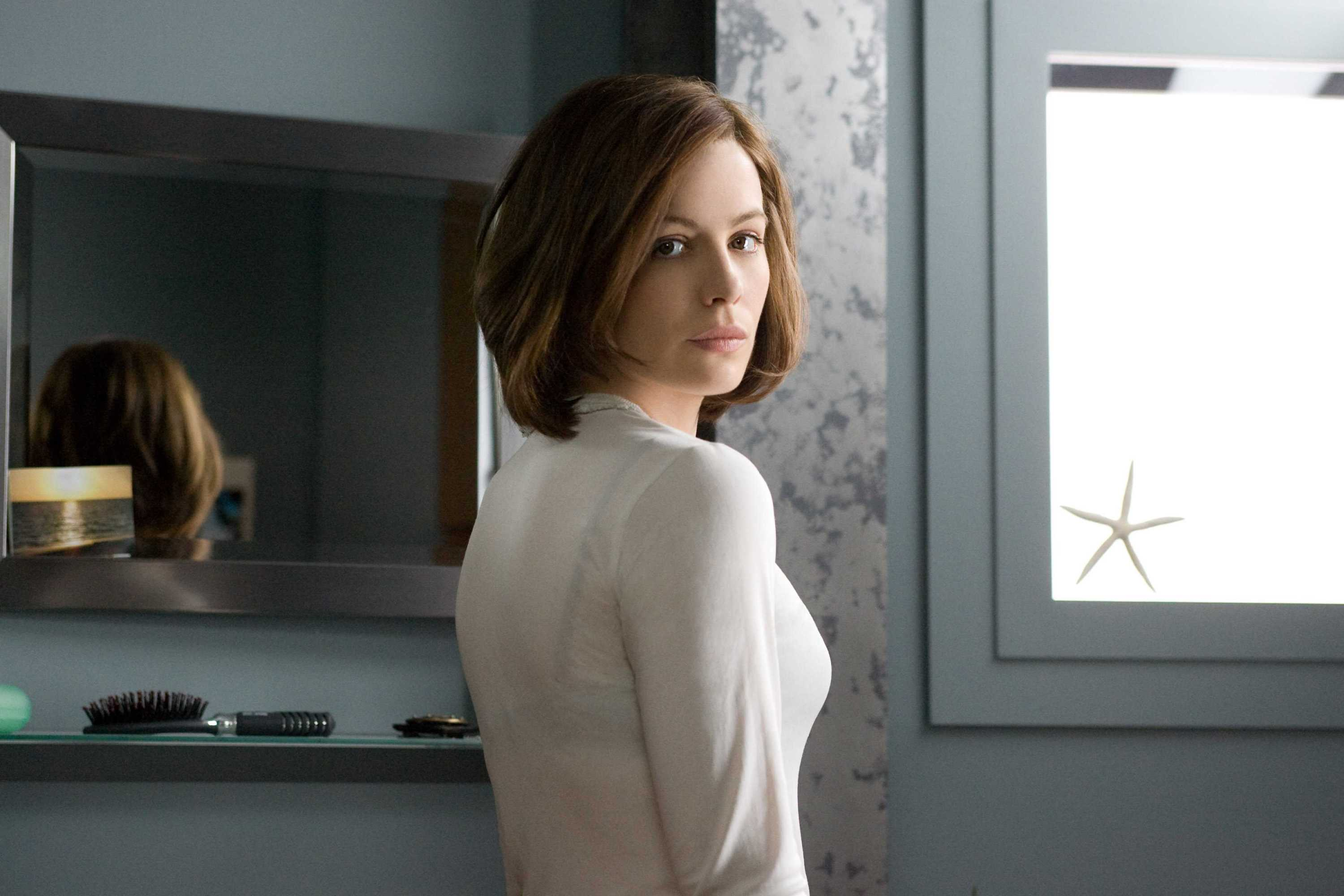 Kate Beckinsale  Whiteout Movie Photo Gallery  Gabtor -3107